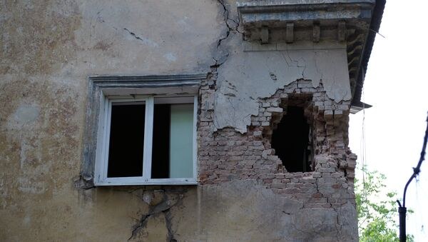 Vivienda en Donbás dañada por bombardeos - Sputnik Mundo