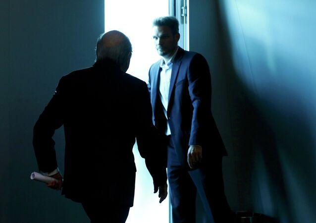 Joseph Blatter, presidente de la FIFA (izda.)