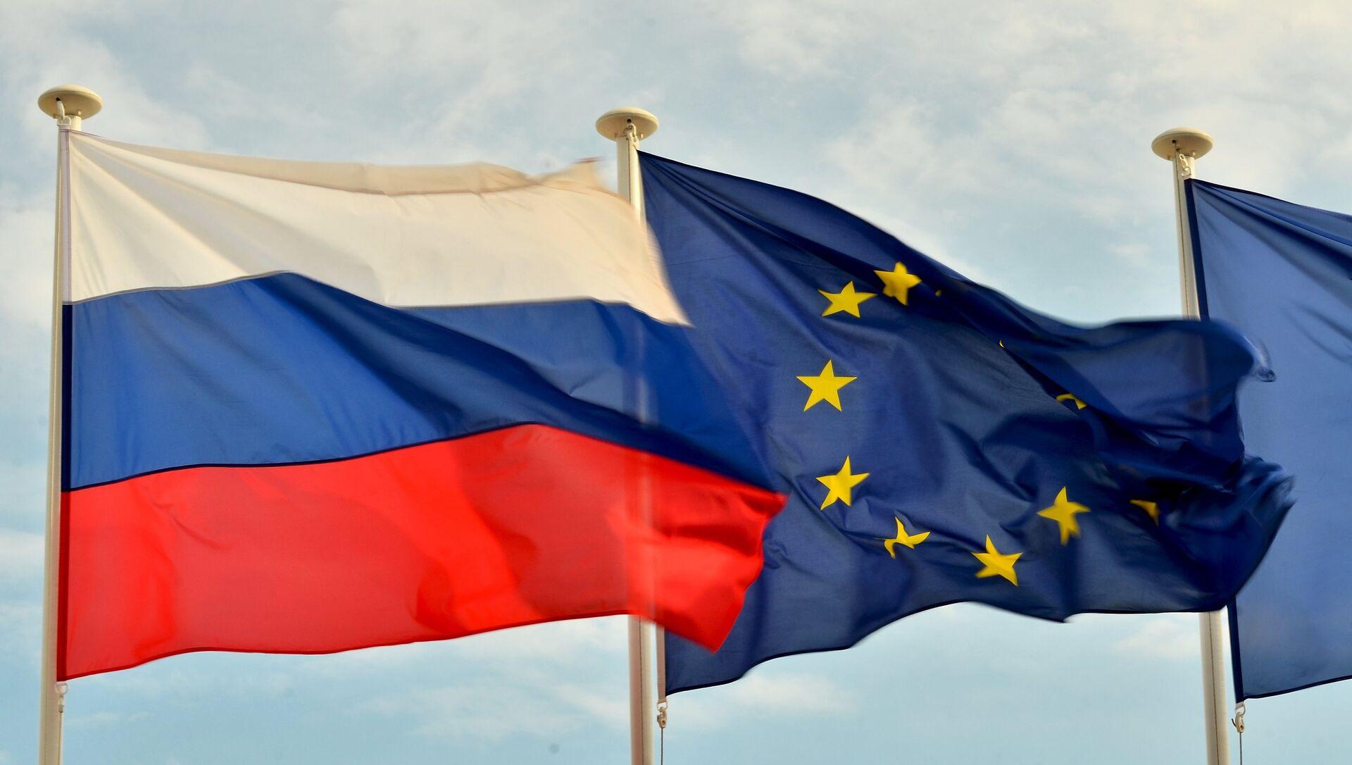 Флаги России, ЕС, Франции и герб Ниццы на набережной Ниццы - Sputnik Mundo, 1920, 03.02.2021