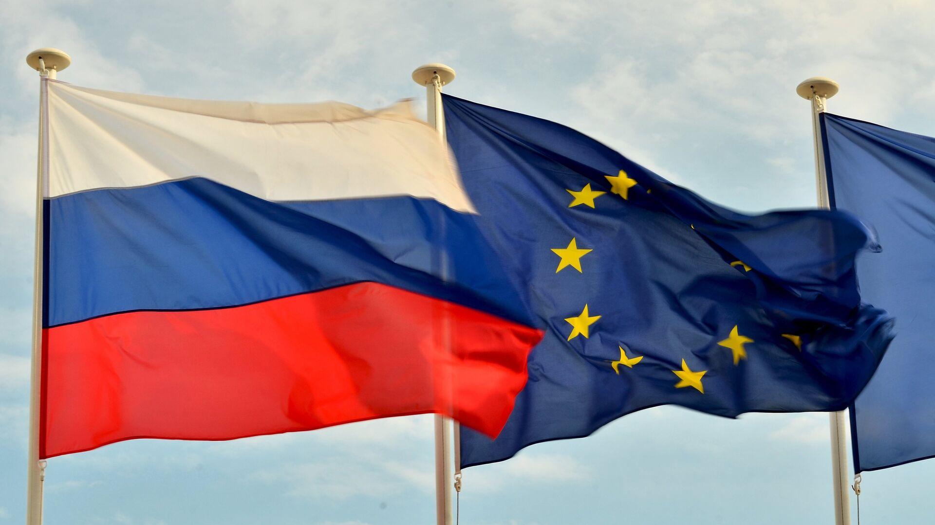 Флаги России, ЕС, Франции и герб Ниццы на набережной Ниццы - Sputnik Mundo, 1920, 20.04.2021