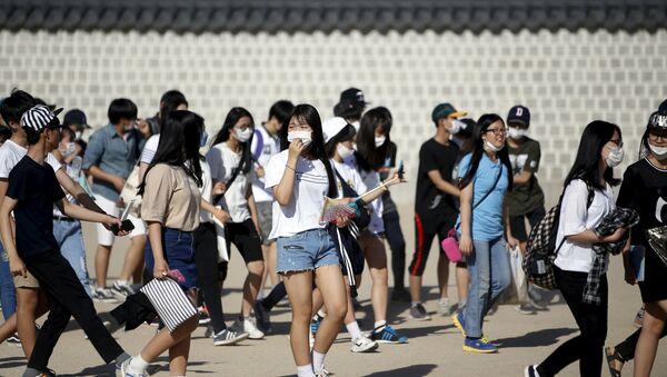 Grupo de estudiantes surcoreanos con máscaras como medida de precaución contra el virus del MERS - Sputnik Mundo