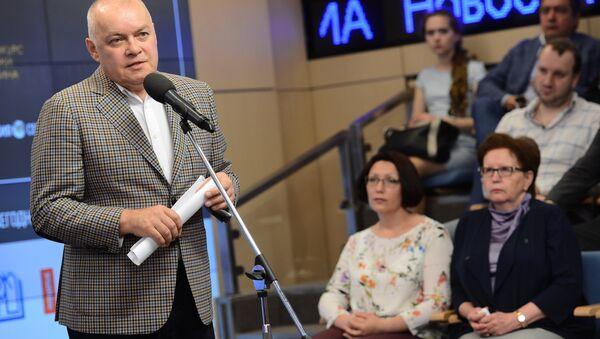 Dmitri Kiseliov en la entrega de los premios del Concurso Internacional de Periodismo Fotográfico Andréi Stenin - Sputnik Mundo