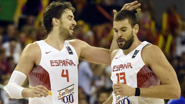 Spain's Pau Gasol (L) congratulating his brother Spain's Marc Gasol during the 2014 FIBA World basketball championships - Sputnik Mundo