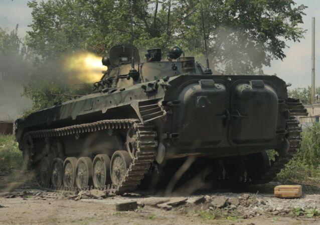 Disparos de tanque durante los combates en Marinka