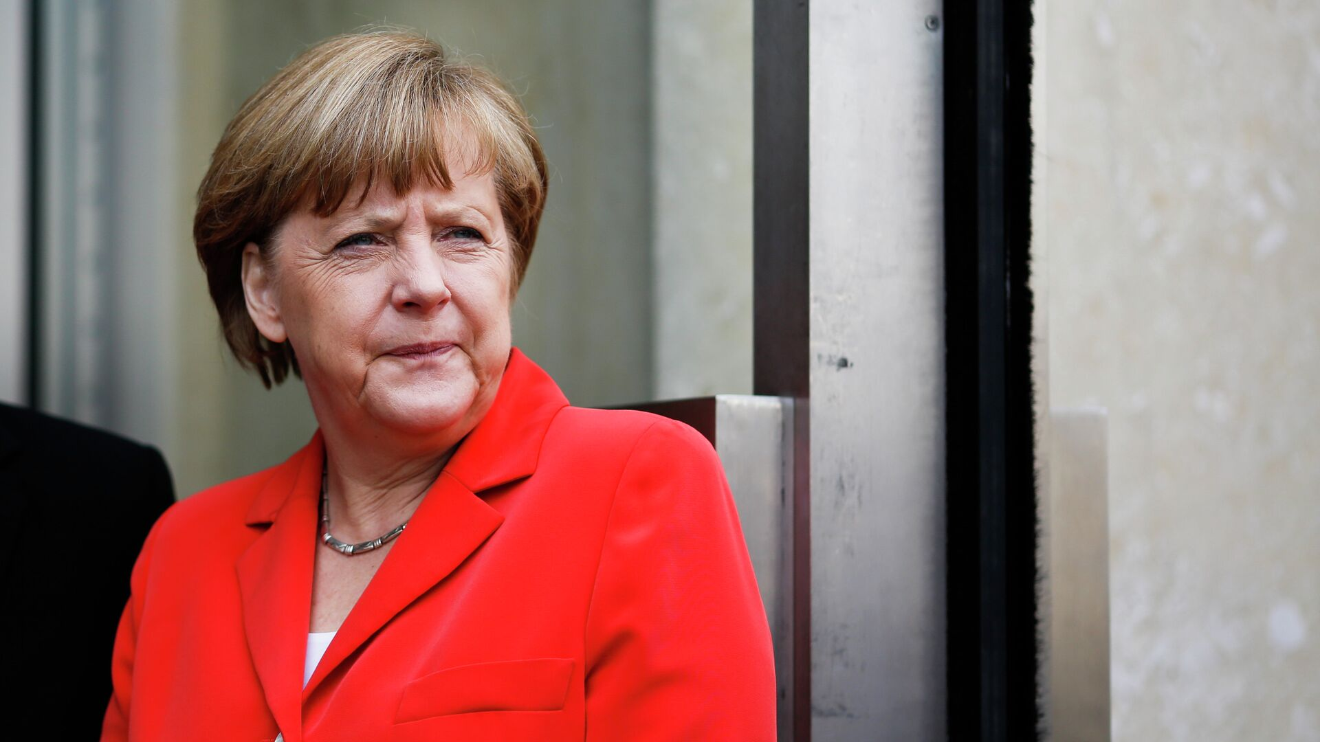 German Chancellor Angela Merkel waits for French President Francois Hollande prior to the conference 'Petersberg Climate Dialogue' in Berlin, Germany, Tuesday, May 19, 2015 - Sputnik Mundo, 1920, 13.08.2021