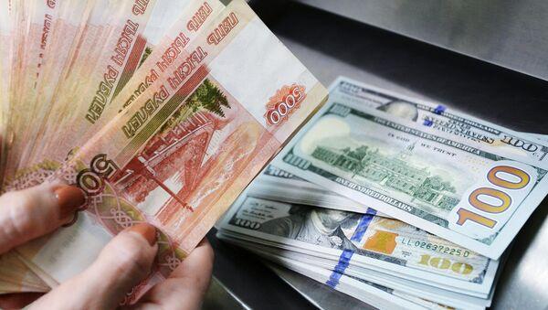 Rublos y dólares (imagen referencial) - Sputnik Mundo