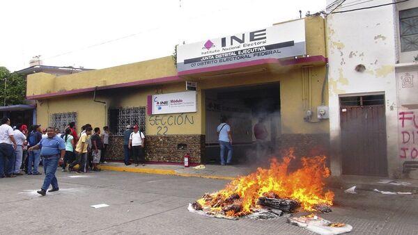 Una pila de la quema de material electoral cerca del Instituto Federal Electoral - Sputnik Mundo