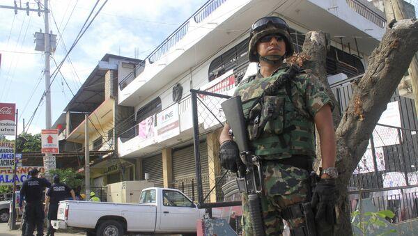 Un soldado cerca de la oficina del Insituto Nacional Electoral (INE) en Acapulco, estado de Guerrero - Sputnik Mundo