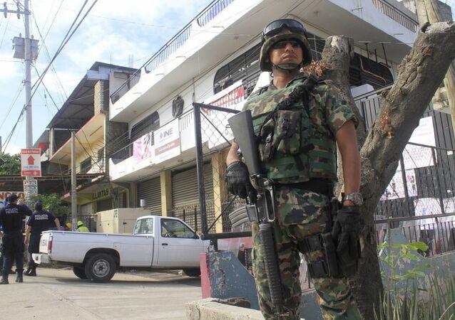 Un soldado cerca de la oficina del Insituto Nacional Electoral (INE) en Acapulco, estado de Guerrero