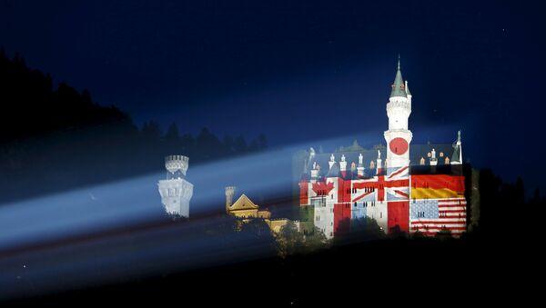 El castillo del sur de Baviera Neuschwanstein se ilumina con las banderas de los países participantes en la cumbre del G-7 - Sputnik Mundo