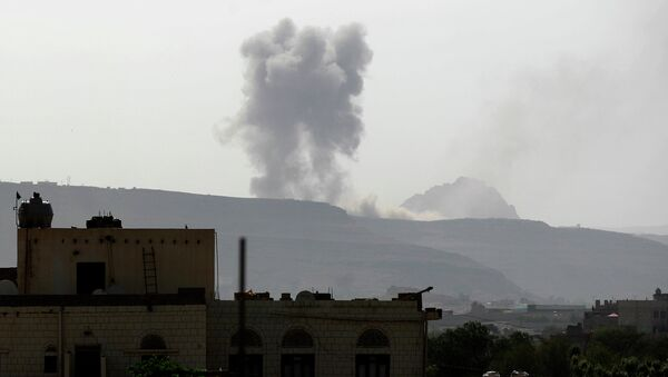 Air-strike by the Saudi-led coalition on an army arms depot, now under Shiite Huthi rebel control on June 7, 2015, east of the Yemeni capital Sanaa - Sputnik Mundo