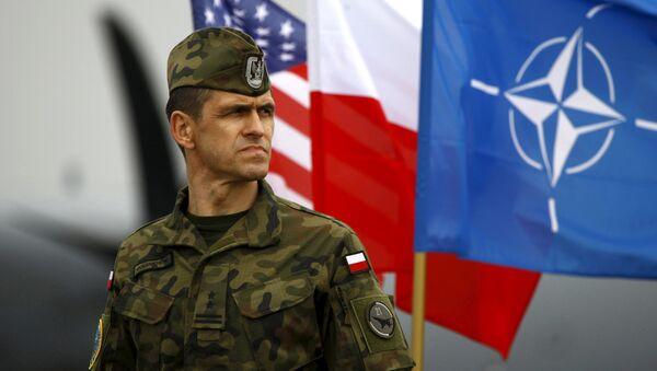 Soldado polaco al lado de las banderas de EEUU, Polonia y la OTAN - Sputnik Mundo