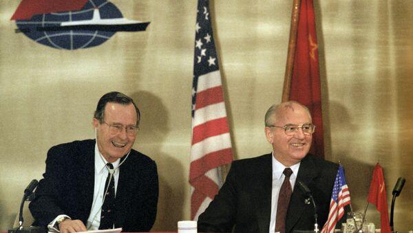 Presidente de EEUU, George Bush, y secretario general del Comité Central del Partido Comunista de la URSS, Mijaíl Gorbachov, durante su encuentro en Malta. 3 de diciembre de 1989 - Sputnik Mundo