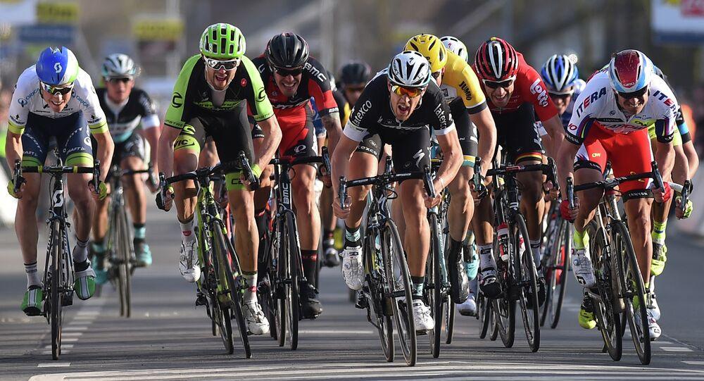 Participantes de una carrera ciclista de la UCI World Tour (archivo)