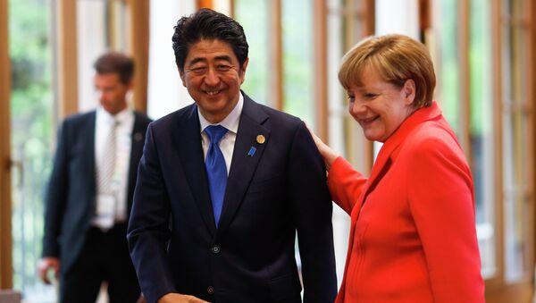 Primer ministro de Japón, Shinzo Abe y canciller de Alemania, Angela Merkel - Sputnik Mundo