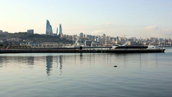 Vista de la capital de Azerbayán Bakú y el Mar Caspio - Sputnik Mundo