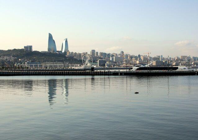 Vista de la capital de Azerbayán Baku y el Mar Caspio
