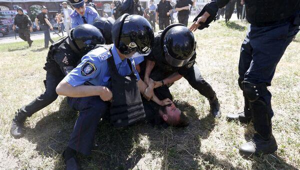 Miembros del Ministerio del Interior detienen a un manifestante anti-gay durante la Marcha de la Igualdad en Kiev - Sputnik Mundo