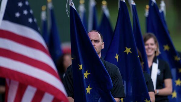 Banderas de la UE y de EEUU - Sputnik Mundo