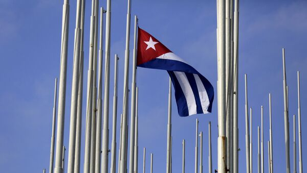 The Cuban flag flies in front of the U.S. Interests Section (background), in Havana May 22, 2015 - Sputnik Mundo