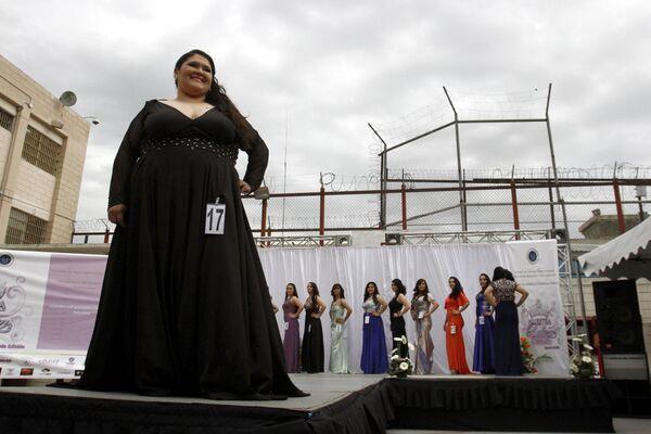 Un concurso de belleza tras los alambres de púa - Sputnik Mundo