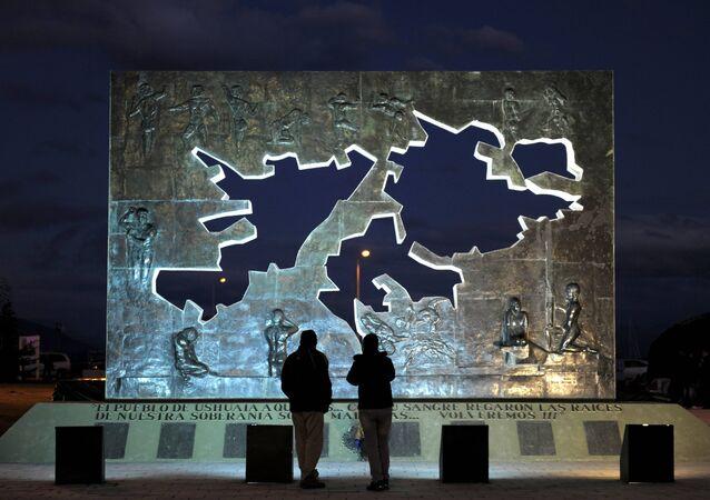 El monumento de las Islas Malvinas en Ushuaia, Argentina