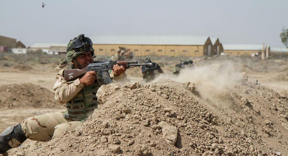 Soldados iraquíes se entrenan con soldado del Ejército de EEUU en Camp Taji, Irak (archivo)