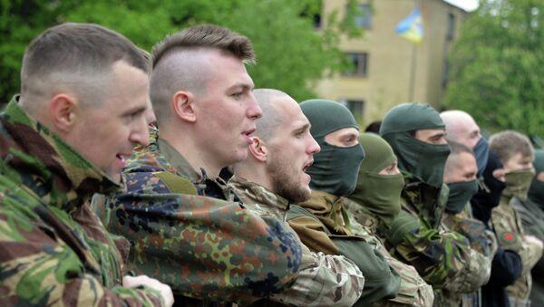 Combatientes del batallón Azov antes del envío a Donbás - Sputnik Mundo