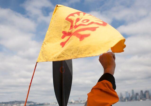 Ecologistas se encadenan a un buque de Shell cerca de Seattle, en EEUU