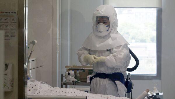 La médica surcoreana comprueba el estado de paciente contagiado de MERS - Sputnik Mundo