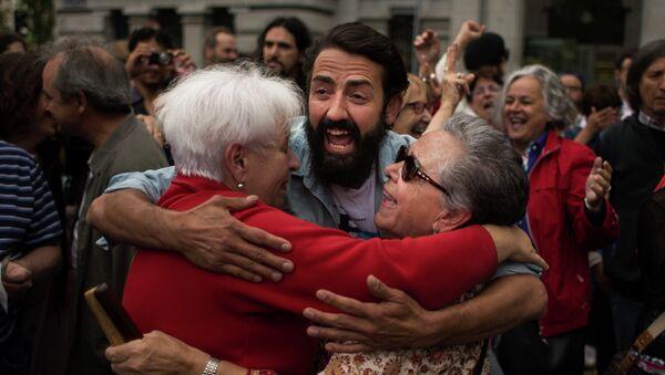Españoles celebran investiduras de candidaturas ciudadanas de izquierdas - Sputnik Mundo