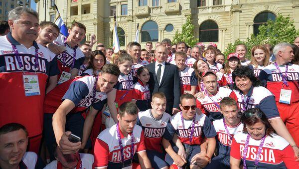 Vladímir Putin con los deportistas rusos - Sputnik Mundo