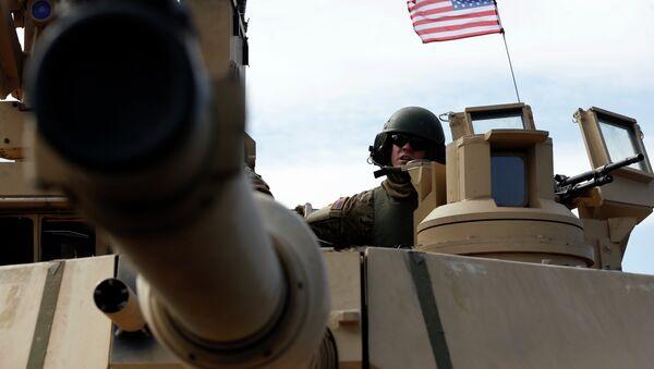Un soldado estadounidense a bordo de un tanque Abrams - Sputnik Mundo