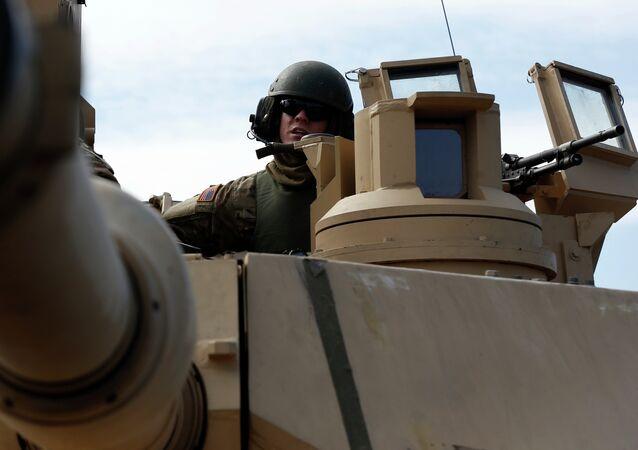 Un soldado estadounidense a bordo de un tanque Abrams