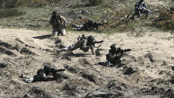 Soldados de la OTAN durante maniobras - Sputnik Mundo