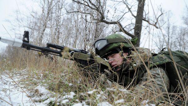 Militar vestido con equipo del soldado del futuro Rátnik - Sputnik Mundo
