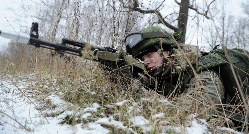 Militar vestido con equipo del soldado del futuro Rátnik