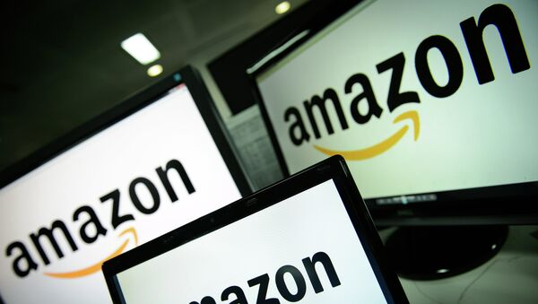 A picture shows the logo of the online retailer Amazon dispalyed on computer screens in London on December 11, 2014 - Sputnik Mundo
