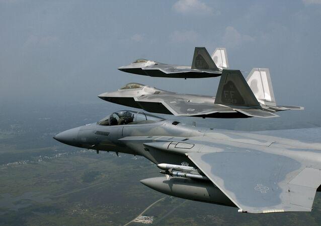 F-22 Raptors y F-15 Eagle de la Fuerza Aérea de EEUU