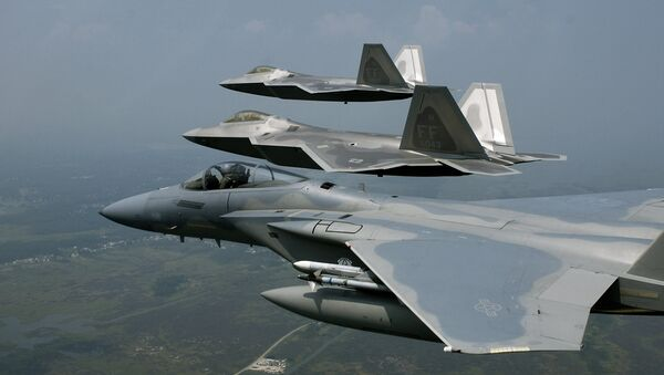 F-22 Raptors fly in formation with an F-15 Eagle - Sputnik Mundo