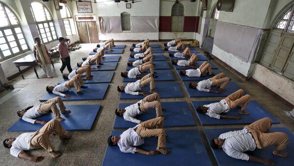 Jovenes practican yoga en una escuela antes del Día mundial de yoga, el 16 de junio, 2015 - Sputnik Mundo