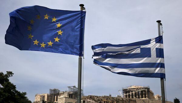 Banderas de la UE y Grecia en Atenas - Sputnik Mundo