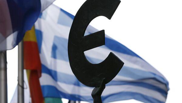 Bandera de Grecia detrás del monumento a la unidad europea en Bruselas, Bélgica - Sputnik Mundo
