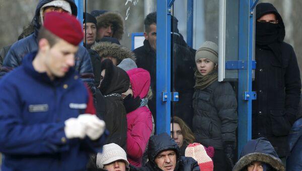 Inmigrantes ilegales de Serbia en Hungría - Sputnik Mundo