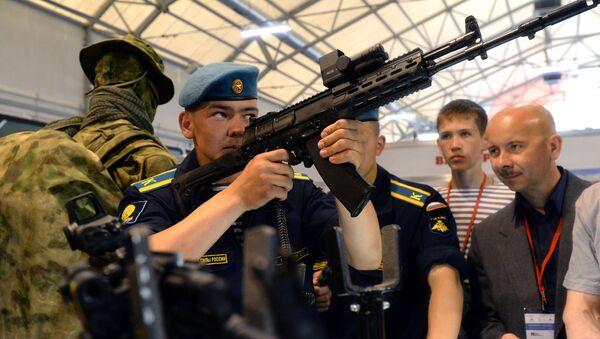 Armas de la marca Kalashnikov en el foro Army 2015 - Sputnik Mundo