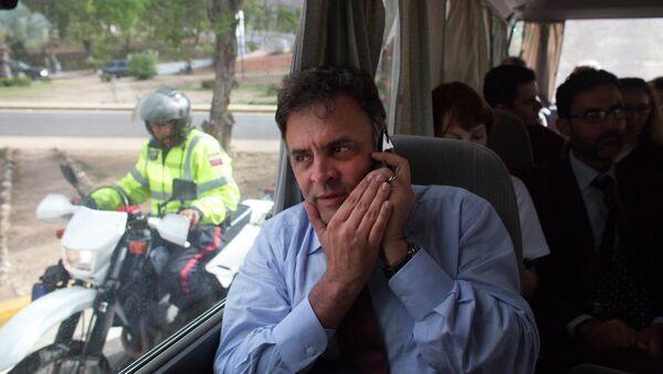 Aecio Neves camina con otros senadores brasileños desde el aeropuerto de La Guaira, escoltado por la Policía Bolivariana en las motocicletas - Sputnik Mundo