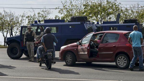 Vehículos blindados se ven en una carretera después de la llegada de una delegación de senadores brasileños cerca del aeropuerto Simón Bolívar en Caracas - Sputnik Mundo