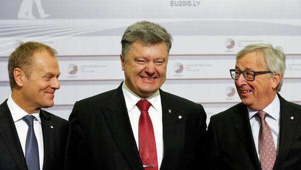 Donald Tusk, Petró Poroshenko y Jean-Claude Juncker durante la cumbre de la Asociación Oriental - Sputnik Mundo