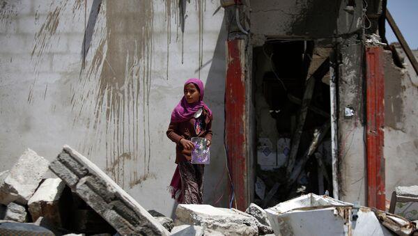 Edificios destruidos por un ataque aéreo de la coalición saudita a las afueras de Sanaa, Yemen - Sputnik Mundo
