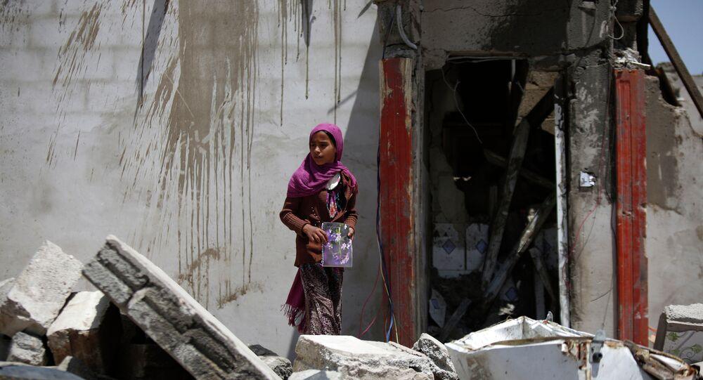 Edificios destruidos por un ataque aéreo de la coalición saudita a las afueras de Sanaa, Yemen